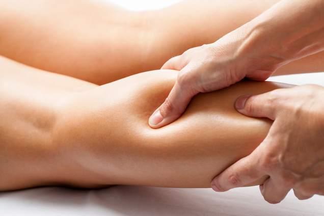 masaje muscular en la pierna