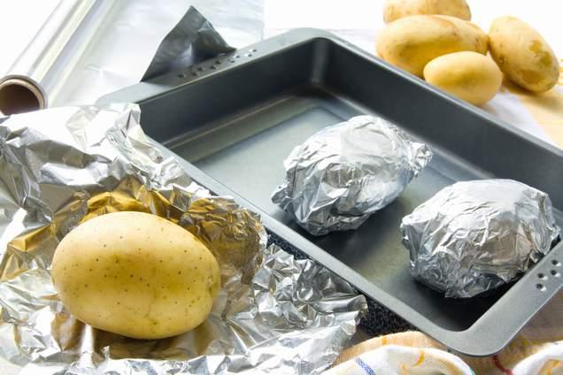 Envolver la patata con piel en papel de aluminio.