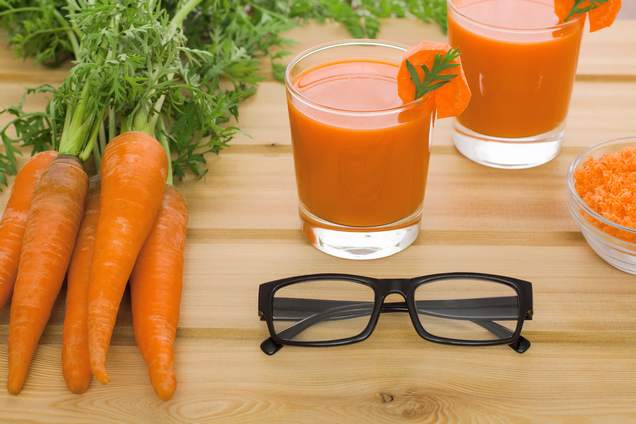 zumo de zanahorias con unas gafas para cuidar la vista